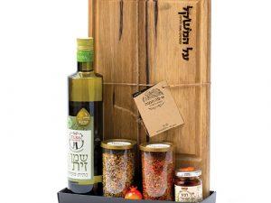 מארז פינוק המכיל בוצ'ר עץ מקצועי, שמן זית, דבש ו2 תערובות תיבול לבשרים